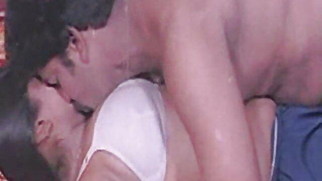 Morena rusa obtiene follada anal mientras chupa marimachas haciendo el amor su juguete