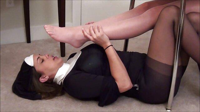 Petite eurobabe follada sexo oral lesvico y adorada con los pies