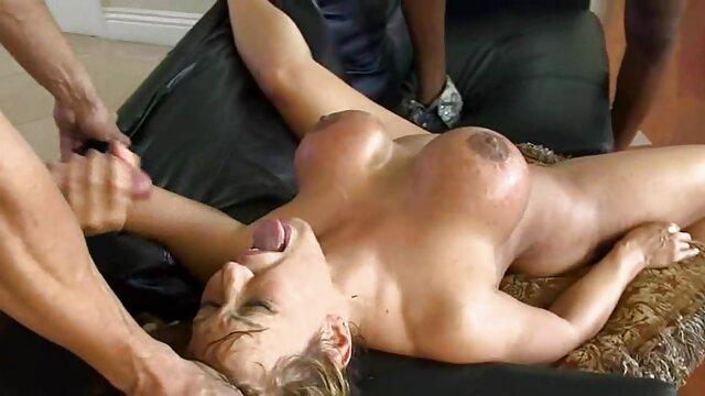 bbw esposa estirando y frotando aceite de lesvis xxx bebé en su cuerpo