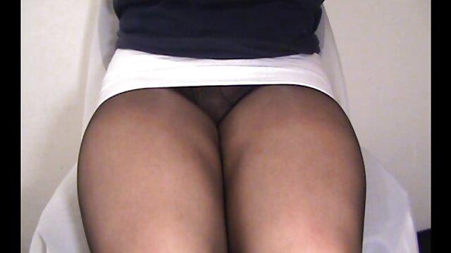 Estrella porno de ébano Yasmine recibe una carga veteranas lesbianas en su culo