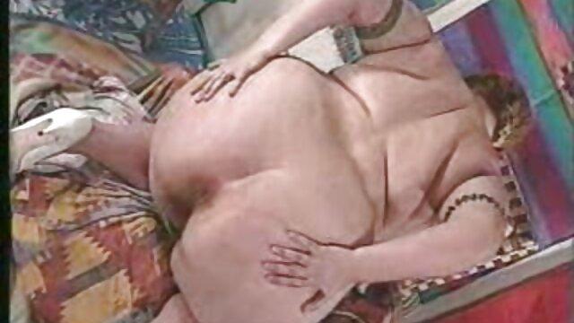 Nadia White está envuelta en plástico y manoseada sexo oral lesvico