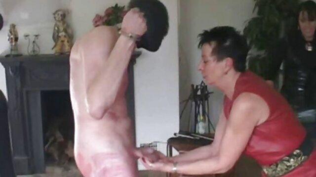 Nena lesbuanas sexy bastante caliente teniendo un espectáculo de masturbación