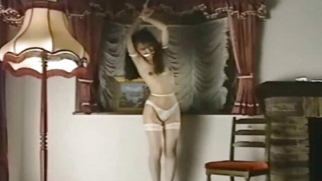 Primer plano del coño - Luna Ora abre el coño mientras se mete los lesbianas tirando dedos en el culo