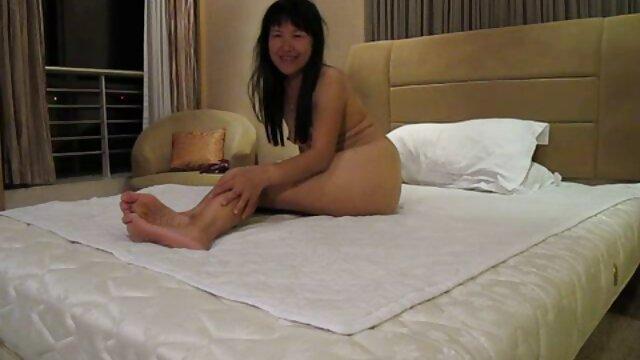 Rasierte MILF spreizt lesbianas coños peludos die Beine am FKK-Strand!