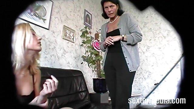 Daisy húmeda y cachonda se folla a sí misma mama e hija lesvianas hasta un orgasmo gigante