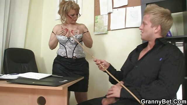 ¡La sexy spinner Kendra recibe una polla y un facial lesbianas cojiendo con arnes gigante!