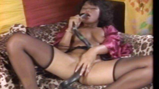 Chica de cámara cachonda siendo hermafroditas lesbianas vibrada