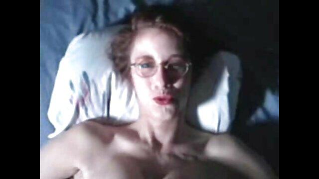 Aturdidor picante Lexi Moore jugando mientras se bombea en lesbianas en tanga un trío de bbc