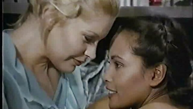 Mamada lesbianas cogiendo en el campamento
