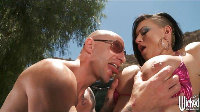 La caliente glamour lesbianas teatroporno latina Julia Roca complace a un caballero